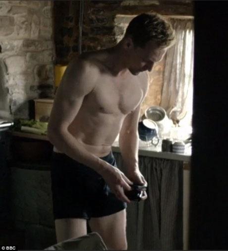 """Trong tập phim của """"The Night Manager"""" chiếu vào cuối tuần qua, Tom Hiddleston đã bất ngờ gây sốt khi xuất hiện trong những cảnh khá """"mát mắt""""."""