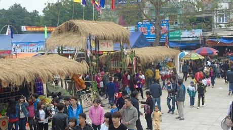 Rất đông người dân đổ về dự lễ