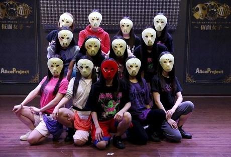 Các cô gái của nhóm Kamen Joshi trong một buổi tập vũ đạo.