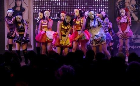 Kamen Joshi trên sân khấu.