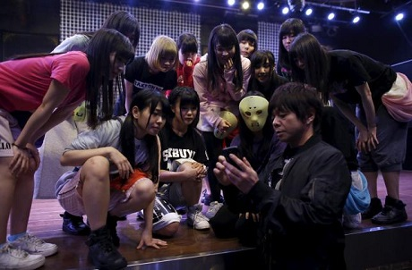 Các cô gái trong Kamen Joshi đều còn khá trẻ và có ngoại hình ưa nhìn. Việc đeo mặt nạ bước lên sân khấu thoạt tiên là một cách để họ thu hút sự chú ý của công chúng.