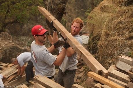 Hoàng tử Harry đã đi sâu vào vùng núi Himalaya để tham gia công tác xây dựng lại một trường học bị phá hủy bởi trận động đất xảy ra hồi năm 2015.