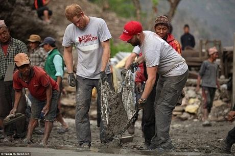 Vì ngôi làng nằm trong vùng núi hẻo lánh, hiểm trở nên gần như không có máy móc nào có thể đưa vào được. Các công nhân và đội ngũ tình nguyện đã phải làm việc chủ yếu bằng sức người, họ chỉ có những công cụ thô sơ, thậm chí phải di chuyển đất đá bằng tay.