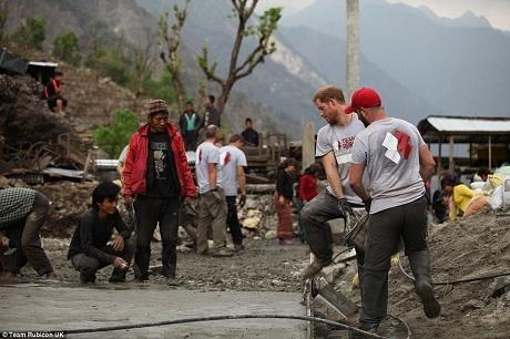 Bên cạnh việc giúp xây dựng lại trường học, đội tình nguyện còn giúp xây dựng một nông trại sử dụng năng lượng mặt trời và sửa chữa tua-bin thủy điện đã bị hỏng sau động đất.