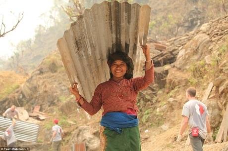 Ngôi làng Lapubesi ở vùng Gorkha có 3.000 người dân, 95% nhà cửa nơi đây đã bị hủy hoại, 16 người dân bản địa đã thiệt mạng trong trận động đất và hơn 150 người bị thương.