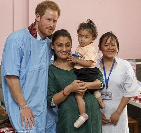 Hoàng tử Harry đến thăm bệnh viện nhi Kanti ở Nepal, nơi đây điều trị cho nhiều em nhỏ bị thương sau trận động đất.