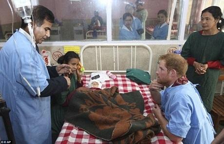 Hoàng tử Harry đã gây ấn tượng khi sẵn sàng tham gia hoạt động tình nguyện với những lao động chân tay vất vả và sống trong một vùng núi hẻo lánh của Nepal.