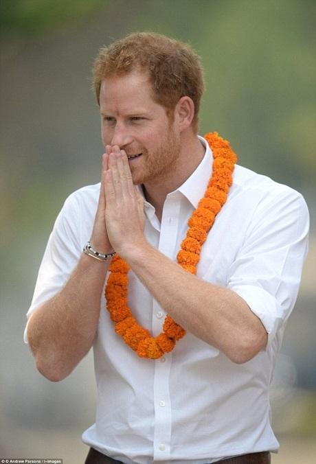 """Chia sẻ lý do muốn ở lại Nepal thêm 6 ngày để làm tình nguyện, Hoàng tử Anh Harry cho biết: """"Những con người mà tôi đã gặp cùng vẻ đẹp của đất nước này khiến tôi cảm thấy thật khó để rời xa nơi đây""""."""