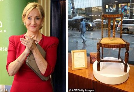 Chiếc ghế (phải) là một trong bốn chiếc ghế không cùng bộ mà nữ nhà văn JK Rowling (trái) từng được tặng khi mới chuyển tới căn hộ ở thành phố Edinburgh. JK Rowling đã viết hai tập đầu của bộ tiểu thuyết Harry Potter khi ngồi trên chiếc ghế này.
