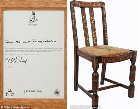 """Chiếc ghế bé nhỏ làm từ gỗ sồi, trên thanh để chân còn có chữ """"Gryffindor"""" do Rowling viết lên. Đi kèm với chiếc ghế là một tờ giấy đánh máy có chữ ký tay của JK Rowling để đảm bảo """"danh phận"""" cho chiếc ghế."""