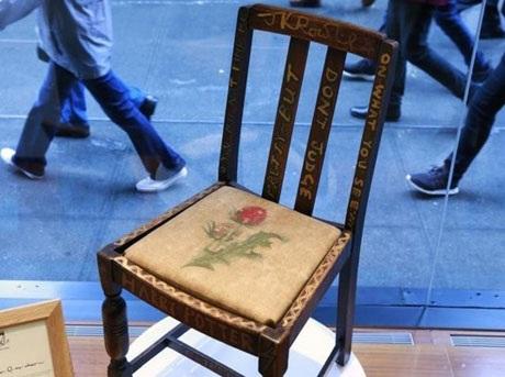 Tại sao chiếc ghế cũ này có giá gần 9 tỉ đồng? - 1