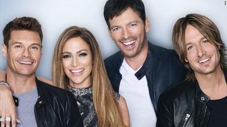 Lần lượt từ trái qua phải: Người dẫn chương trình Ryan Seacrest và dàn giám khảo của mùa giải cuối - nữ ca sĩ Jennifer Lopez, nam ca sĩ Harry Connick Jr. và Keith Urban.