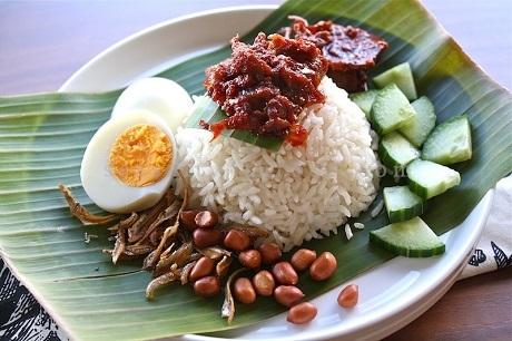 Malaysia và món Nasi Lemak: Gạo được nấu bằng sữa dừa, ăn với cá trồng, dưa chuột, lạc rang, trứng luộc, nước sốt sambal cay. Món này trình bày theo cách truyền thống cần phải được bọc trong lá chuối, nhưng trong cách trình bày hiện nay, người ta thường xếp ra đĩa.