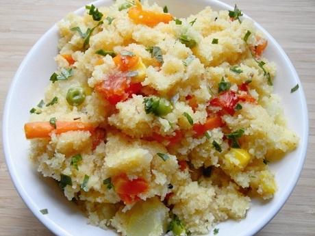 Ấn Độ và món Upma: Món upma được làm từ bột lõi xay khô, rau gia vị có thì là, ớt xanh, mùi, nghệ…