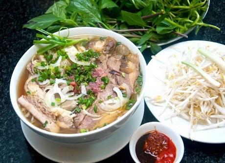 Việt Nam và món phở: Một bát phở bốc hơi nghi ngút cho bữa sáng của người Việt thường có cả các loại rau đi kèm như hành, mùi, giá đỗ, lá bạc hà, chanh, ớt, tỏi… Bên cạnh nước dùng thơm ngọt, thì chính việc phở nói riêng và ẩm thực Việt nói chung sử dụng nhiều loại rau ghém, rau thơm đã khiến người Mỹ rất thích thú bởi họ vốn xa lạ với cách chế biến tinh tế về hương vị và lại rất tốt cho sức khỏe này.