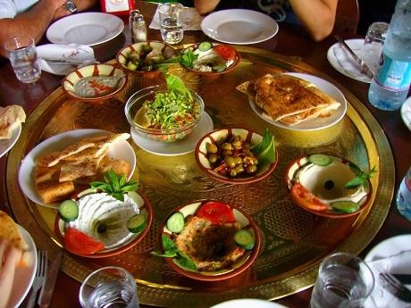 """Thổ Nhĩ Kỳ và bữa sáng """"meze"""": Bữa sáng của người Thổ Nhĩ Kỳ khá… cầu kỳ và được thực hiện theo phong cách """"meze"""" vốn phổ biến ở vùng cận Đông và bán đảo Balkan. Mâm thức ăn sáng gồm các bát nhỏ đựng những món ăn nhẹ như trái ô-liu, cà chua, pho-mát trắng, mùi tây vắt chanh, trứng, mật ong, ớt cubanelle, dưa chuột, xúc xích tỏi, và bánh mặn. Cuối bữa ăn, người Thổ Nhĩ Kỳ còn uống trà, cũng là một thức uống chống oxy hóa."""