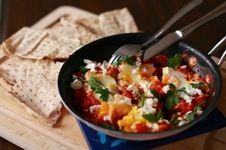 Israel và món Shakshouka: Bữa ăn sáng điển hình của người Israel không thể thiếu món Shakshouka - trứng chần trong nước sốt cà chua cay nóng. Món này sử dụng nhiều loại rau gia vị chế biến kèm, và thường đi với món salat katzutz, một món rau trộn có cà chua, hành tím, mùi tây, mùi thơm, dưa chuột, ớt xanh, ớt đỏ… Giống như bữa sáng của người Thổ Nhĩ Kỳ, xuất hiện trong bữa sáng của người Israel cũng thường có pho-mát trắng, trái ô-liu, sữa chua.