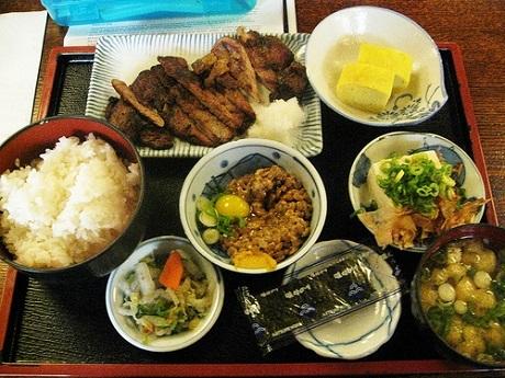Nhật Bản và bữa sáng với cơm gạo: Bữa sáng truyền thống của người Nhật thường có cơm hoặc cháo đặc, đậu phụ, rau củ muối chua, đậu nành lên men, rong biển sấy khô, và đương nhiên không thể thiếu cá. Món trứng thường được người Nhật thực hiện đẹp mắt với kiểu trứng cuộn. Nhìn chung món ăn Nhật không có nhiều đường lại chứa nhiều khoáng chất và vitamin. Kết thúc bữa sáng, người Nhật uống trà xanh - thức uống rất tốt cho sức khỏe.