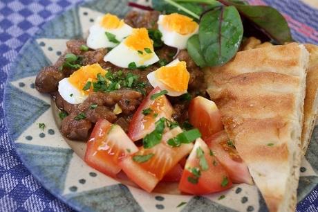 Ai Cập và món Fūl Medames: Bữa sáng truyền thống của người Ai Cập hẳn phải là món Fūl Medames - một món ăn đã có hàng nghìn năm lịch sử và ra đời từ thời các pha-ra-ông. Nguyên liệu chính của món này là đậu răng ngựa được hầm qua đêm, đến sáng hôm sau, người ta sẽ trộn nó với thì là, mùi tây, tỏi, hành, nước chanh, hạt tiêu. Món này thường được ăn với trứng luộc. Một bữa sáng giàu chất xơ và khoáng chất.