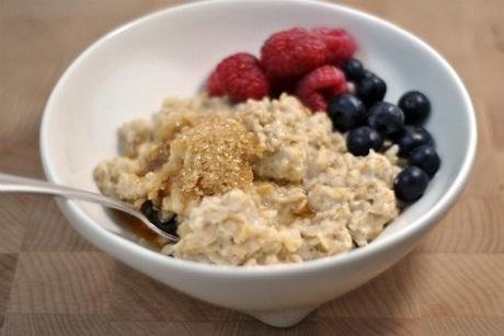 Iceland và món Hafragrautur: Đây là một món cháo đặc nấu bằng bột yến mạch. Người ta có thể nấu cháo bằng nước hoặc bằng sữa, rắc đường nâu, nho khô, hạt dưa. Ngoài ra, còn cho thêm một chút dầu gan cá và sữa chua ít béo.