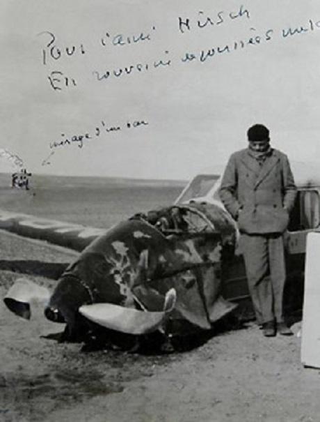 Antoine bên chiếc máy bay bị rơi trên đường tới Sài Gòn.