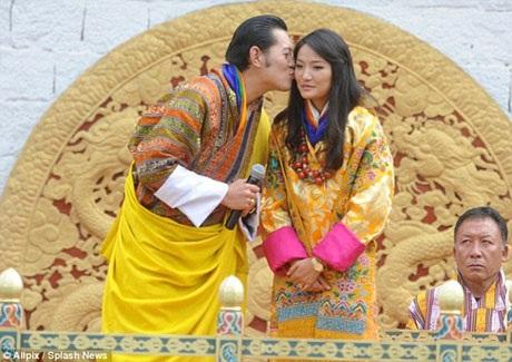 Trong hôn lễ, cặp đôi đã xuất hiện trước 30.000 thần dân tập trung trong sân vận động Changlimithang.