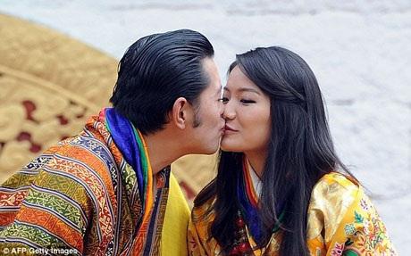 Vợ chồng Quốc vương khá hiện đại so với những quan niệm truyền thống ở Bhutan. Họ đã dọn về sống chung một thời gian ngắn trước khi hôn lễ chính thức diễn ra. Trong hôn lễ, cặp đôi cũng dành cho nhau những cử chỉ thân mật dù các cặp đôi Bhutan thường tránh thể hiện điều này ở nơi đông người. Quốc vương luôn rất cởi mở khi nói về tình yêu dành cho vợ.