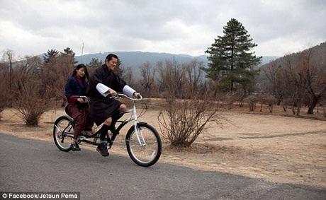 Cặp đôi đạp xe đi dạo. Vợ chồng Quốc vương có phong cách sống hiện đại và thực tế.