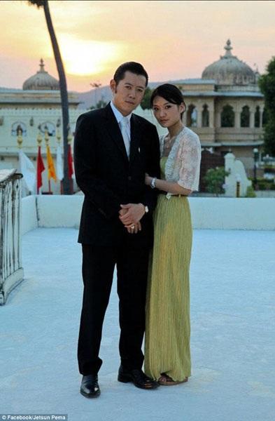 Quốc vương Bhutan nhận định rằng vợ của ngài là một phụ nữ ấm áp, nhân hậu và có tất cả những đức tính mà ngài chờ đợi ở một người vợ. Đối với văn hóa truyền thống Bhutan, việc thể hiện tình cảm một cách công khai như vậy cũng là rất hiếm có.