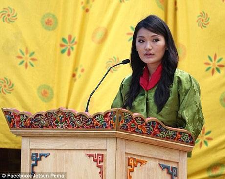 Hoàng hậu Pema rất tự tin mỗi khi xuất hiện trước công chúng, cô cũng tích cực tham gia các tổ chức xã hội ở Bhutan.