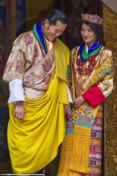 Hôn lễ của Quốc vương Bhutan được tổ chức theo nghi lễ truyền thống bên trong một pháo đài cổ, sau đó, họ cùng nhau xuất hiện trước các thần dân của mình trong sân vận động.
