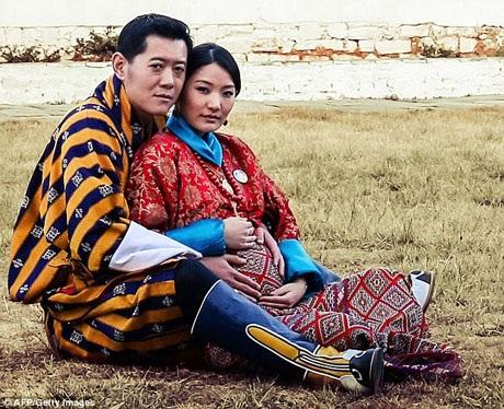 Hoàng hậu Pema trong một bức ảnh chụp kỷ niệm những ngày tháng mang thai người con đầu lòng. Một bé trai đã chào đời vào tháng 2/2016. Bức ảnh được chụp trong vườn cung điện Paro Ugyen Pelri.