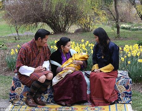 Vợ chồng Quốc vương chụp hình với Hoàng thái hậu và hoàng tử bé.