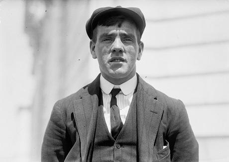 Anh thanh niên Frederick Fleet, khi đó 24 tuổi, làm nhiệm vụ gác tàu đã là người đầu tiên nhìn thấy tảng băng đang dần trôi về phía tàu Titanic. Sau khi sống sót trải qua thảm kịch chìm tàu, Frederick còn làm nghĩa vụ quân nhân trong cả hai cuộc Thế chiến, nhưng vào năm 1965, Frederick bị trầm cảm nặng và đã tự sát. (Ảnh chụp năm 1912)
