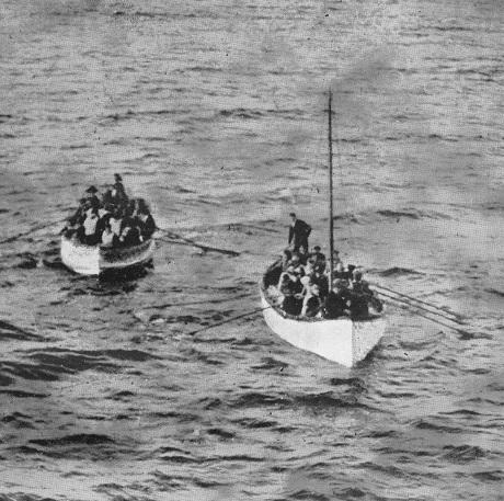 Những người sống sót sau vụ chìm tàu Titanic bơi xuồng lại gần tàu RMS Carpathia để chuẩn bị lên tàu.