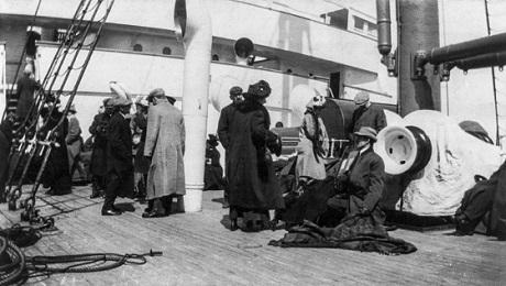 Những người may mắn sống sót đã được an toàn trên sàn tàu Carpathia.