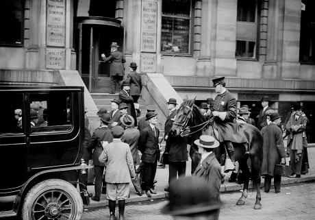 Những người chờ đợi từng mẩu tin tức bên ngoài văn phòng của hãng tàu White Star Line tại New York - đơn vị sở hữu con tàu Titanic.