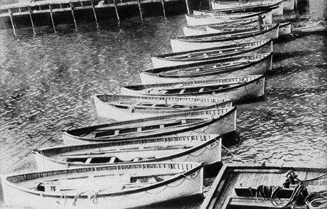 Những chiếc xuồng cứu hộ của tàu Titanic được tàu Carpathia đem trả về cho văn phòng của hãng đặt ở New York.
