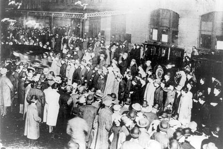 Đám đông đứng chờ dưới làn mưa để đón tàu Carpathia cập cảng New York.