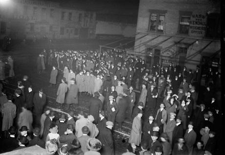 Ảnh chụp tối ngày 18/4/1912. Đám đông đang đứng chờ tàu Carpathia cập cảng New York.