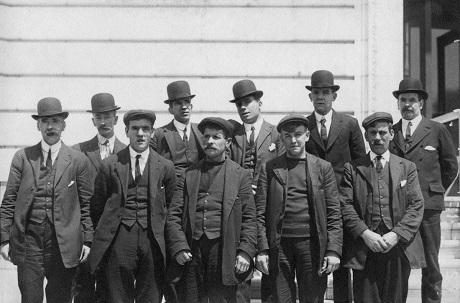Một số thủy thủ trên tàu Titanic may mắn sống sót.