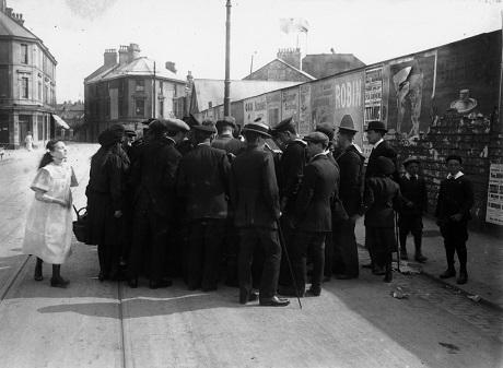 Một đám đông vây quanh một người sống sót.
