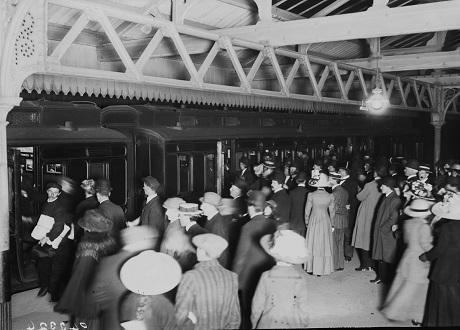 Người thân của những hành khách đến từ Southampton (Anh) đang đứng chờ trên sân ga để đón chuyến tàu trở về của những người sống sót.