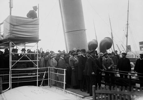 Trên cầu cảng Southampton, người thân của các thủy thủ sống sót chờ đợi họ trở về.