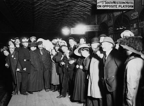 Có rất nhiều thành viên thủy thủ đoàn và hành khách có mặt trên tàu Titanic đến từ thành phố cảng Southampton, vì vậy, từng tin tức xung quanh vụ chìm tàu khiến người dân Southampton rất quan tâm.