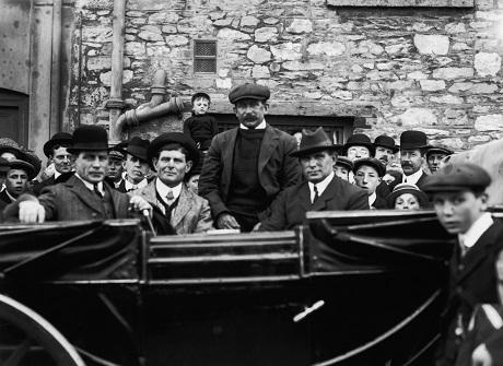 Bốn anh em nhà Pascoe đều là thủy thủ phục vụ trên tàu, họ đã sống sót sau vụ chìm tàu và cùng nhau trở về thành phố quê hương Southampton, Anh.