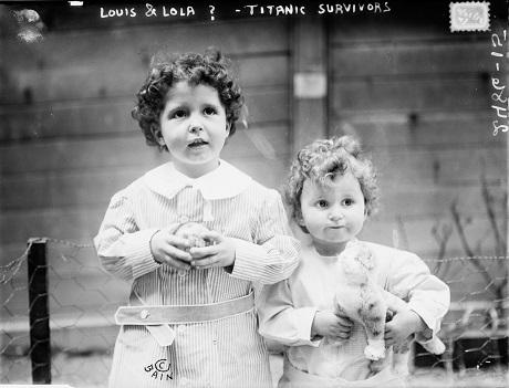Hai em bé may mắn sống sót sau vụ chìm tàu - Michel, 4 tuổi và Edmond Navratil, 2 tuổi. Cha của hai em đã qua đời trong vụ chìm tàu.