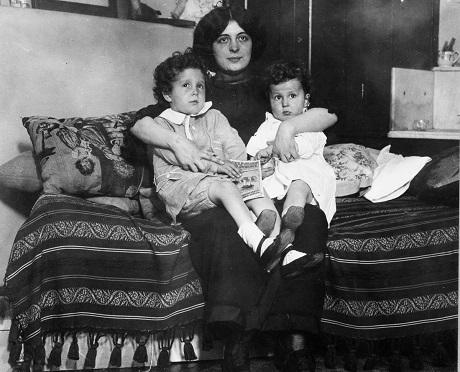 Edmond và Michel Navratil được đoàn tụ với mẹ.