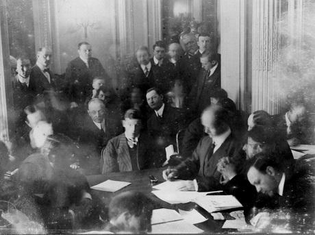 Một cuộc họp đặc biệt của Thượng nghị viện Mỹ xoay quanh vụ đắm tàu Titanic được tổ chức ở khách sạn Waldorf-Astoria, New York.