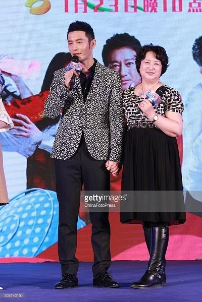 """Nam diễn viên Huỳnh Hiểu Minh và mẹ tham gia chương trình """"Tình yêu vĩ đại nhất""""."""